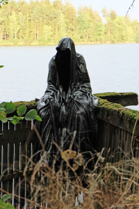 art-lower-austria-lake-contemporary-art-fine-arts-modern-sculpture-urban-statue-faceless-ghost-in-a-coat-guardians-of-time-manfred-kili-kielnhofer-6980