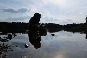 lower-austria-fish-pond-lake-guardians-of-time-by-manfred-kili-kielnhofer-contemporary-art-modern-sculpture-fine-photography-arts-ars-statue-water-reflection-7198